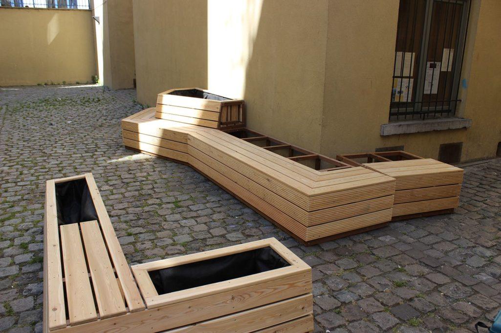 le banc en bois est comme un jeu de construction