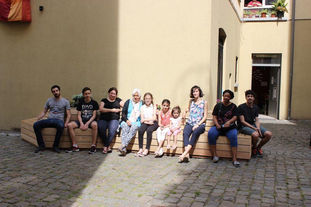 les habitants sont assis au soleil de Bruxelles