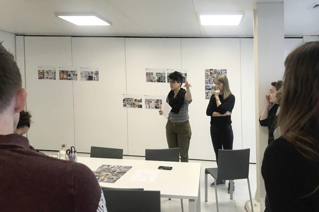 la designer donne les consignes au groupe pour voter
