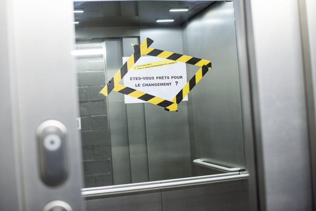 la communication visuelle dans l'ascenseur pour interpeller
