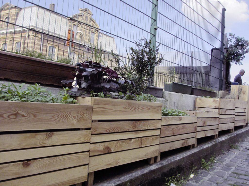 les bacs devant la gare de Laeken