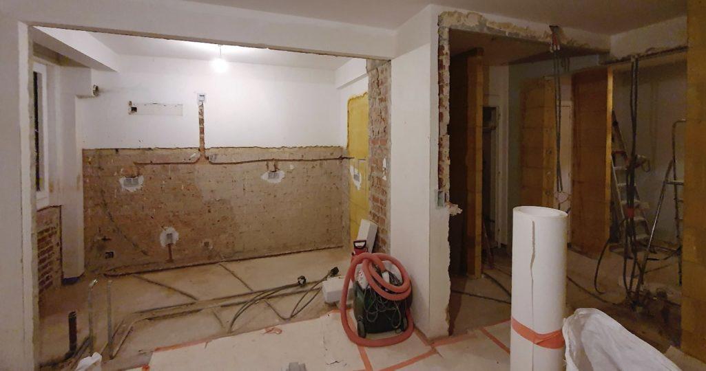 les murs inutiles sont détruits et d'autres prolongés