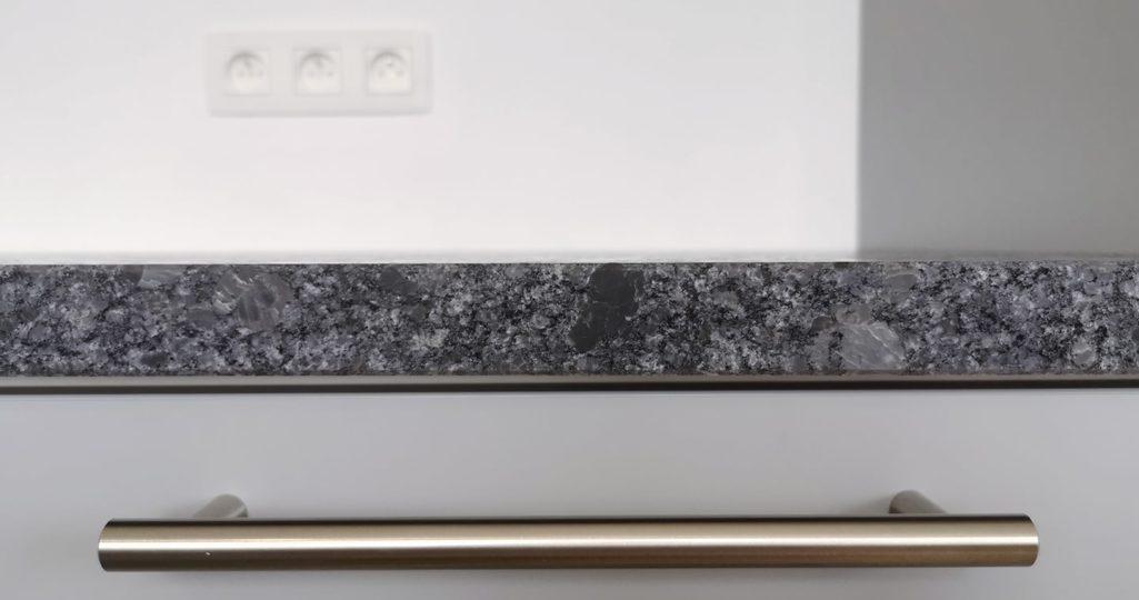 granit gris du plan de travail cuisine sur-mesure