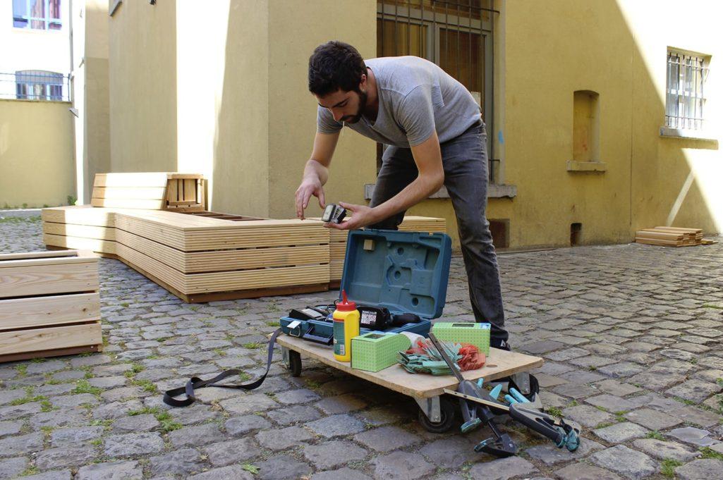 artisan avec ses outils installe un mobilier
