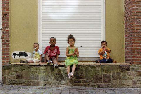 un groupe d'enfant assis sur le banc