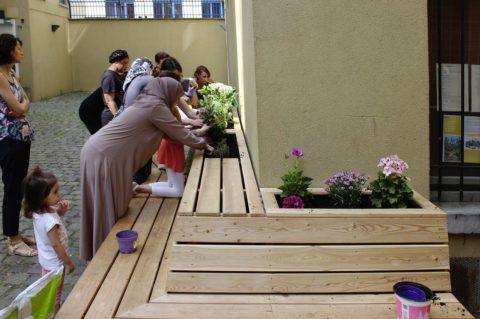 Les habitants et leurs enfants plantent les fleurs