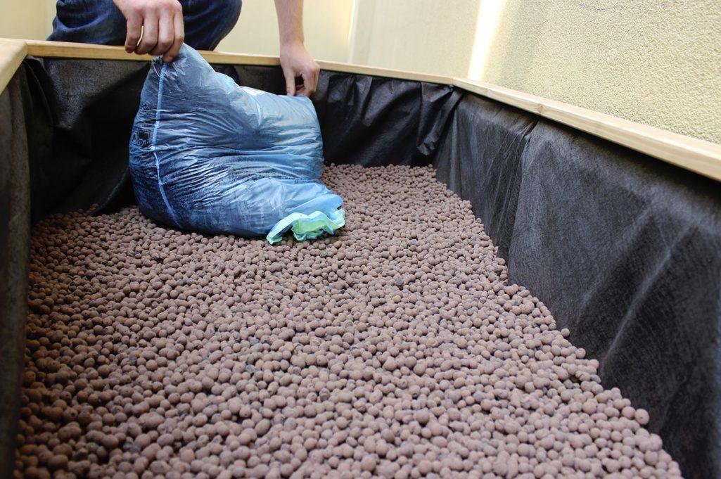 le géotextile est ajusté et remplis de billes de terre