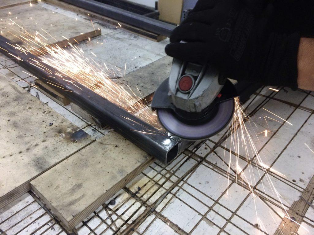 un outil pour meuler fait des étincelles