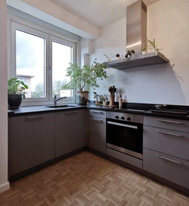 cuisine en granit gris et sol parquet en chêne